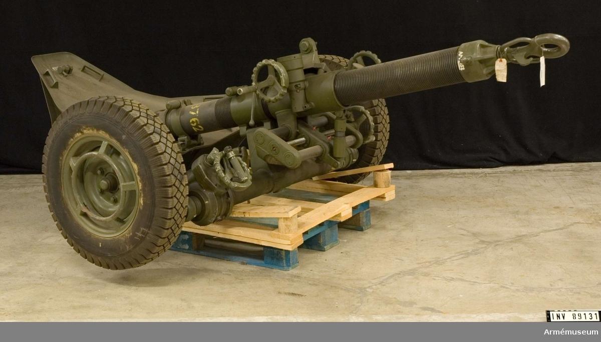 """Granatkastare m hjullavett/stödplatta. Består av: 1 granatkastare, Kal 120 mm. Tillv.nr 28. Väger ca 500 kg. Märkt """"MO-12+RT 61  BT 1966 No 28 AMG 81362"""".1984-04-16 - Räfflat eldrör."""
