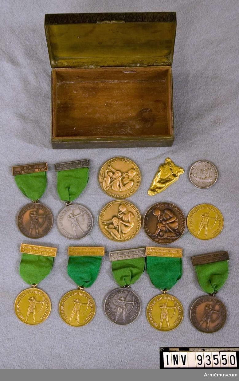 Medaljer i bågskytte tilldelad Ivor Thord Gray. 11stycken + en nedsmält. I ask.