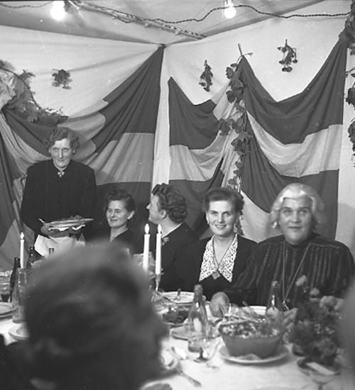 """Text till bilden: """"Sjukhuset. Syster Annie, Avskedsmiddag. 1945.10.04""""."""