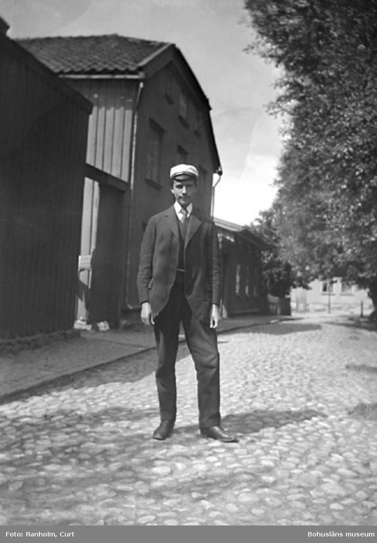 """Enligt senare noteringar: """"Rolf Hultberg, taget på Lilla Nygatan, 12/6 1913."""""""