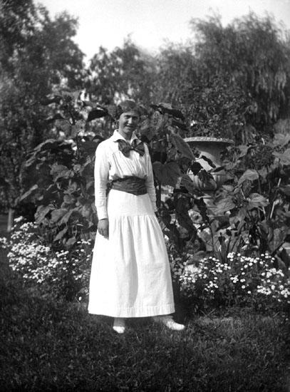 "Enligt senare noteringar: "" Ingrid Helgesson, taget i Teaterplantaget. 13/8 1915."""