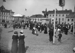 Från invigningen av dubbelstatyn på Kungstorget i Uddevalla.