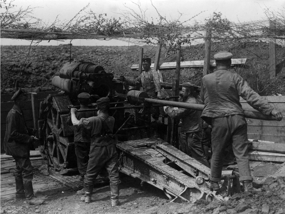 Första världskriget: En tysk 21 cm mörsare i stridsskick vid Arrasfronten.