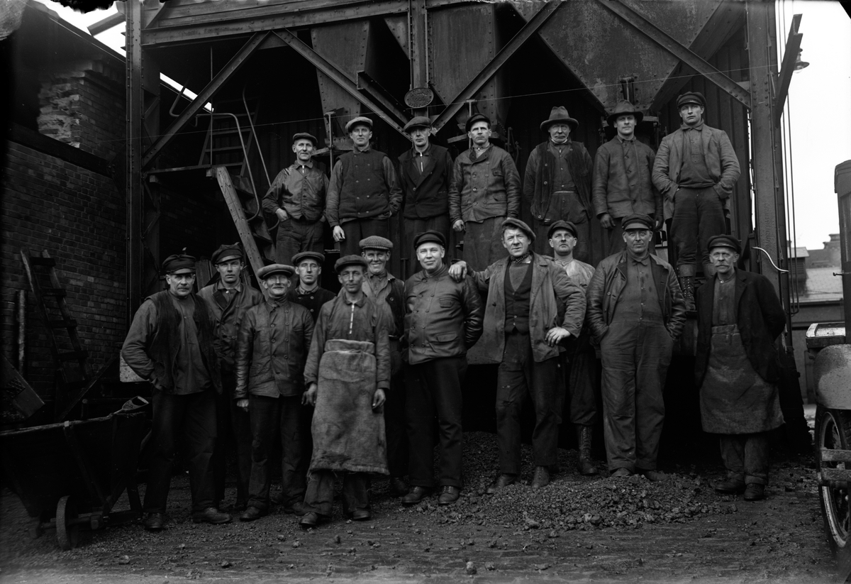Gasverksarbetare.vid kokskrossen i kvarteret Gullvivan i Jönköping. Nedre raden: Karl Glans (5), Oskar Johansson (11) åkare, Robert Karlsson (10) kusk.