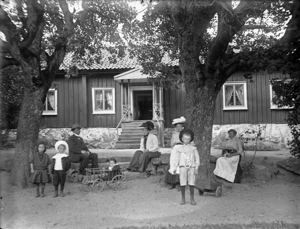 """""""Näs komministergård befolkad"""", Björksta socken, Västmanland, 2 september 1910"""