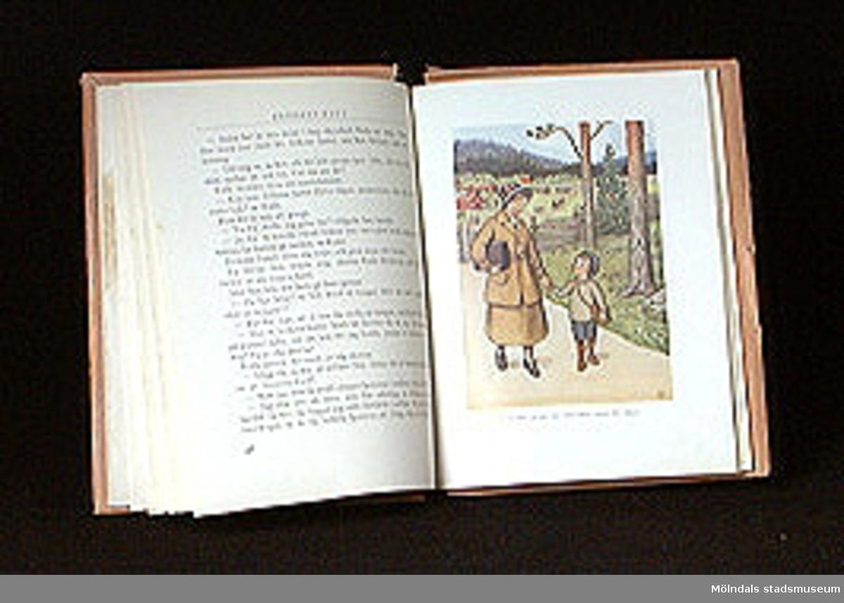 Elsa Beskow: Farmor och Fjunlätt och andra sagor, Sthlm, 1930. 110 sidor. Brunt omslag med två etiketter på märkta: FARMOR & FJUNLÄTT OCH ANDRA SAGOR.
