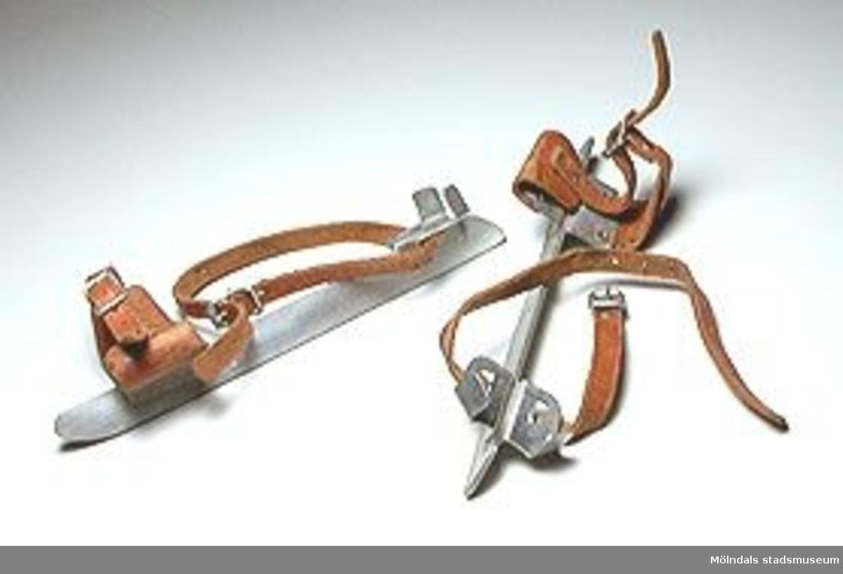 Stålskridskor med läderremmar. Remmarna är något slitna. Inköpta av givaren på UFF:s loppmarknad.