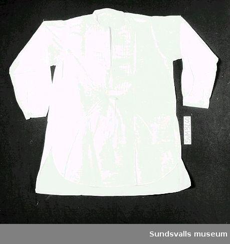 Vit frackskjorta i maskinsydd bomull. Märkt 'Carl G. Åslund', 'import', samt något oläsligt.