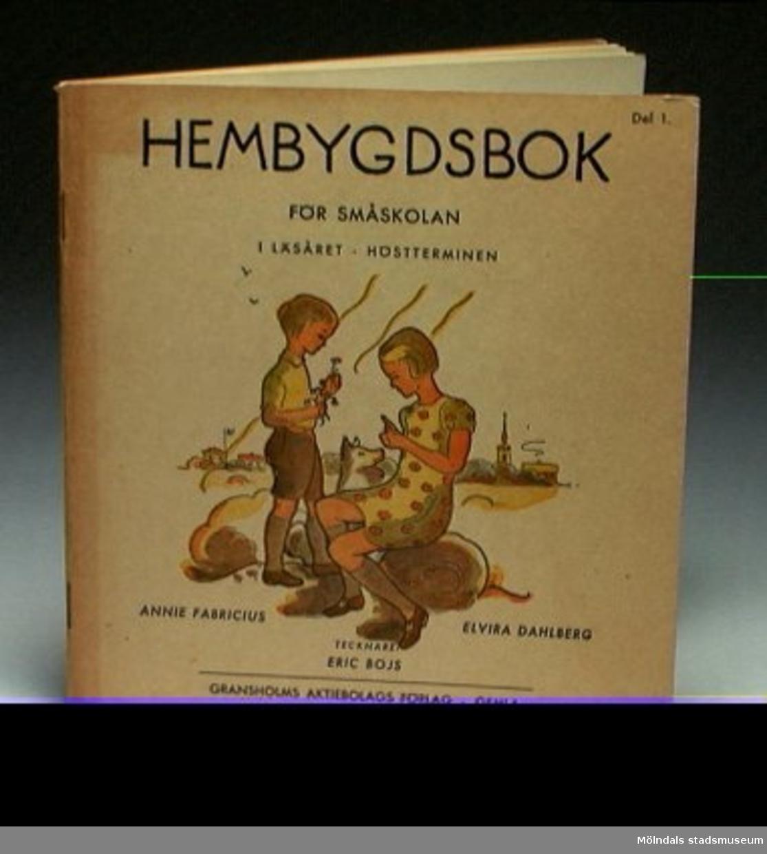 """""""Hembygdsbok för småskolan 1 Läsåret, Höstterminen"""", del 1 av Annie Fabricius och Elvira Dahlberg."""