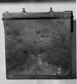 """Prostlåda (behållare), fyrkantig platt låda av koppar, med lås. Upptill lock på gångjärn med lås på ena kortsidan och två handtag. Skarv i kopparplåten mitt på framsidan. Lådan använd för klockareposten i Gärds kontrakt i Lunds stift. Enligt 24 kapitlet 32 § kyrkolagen av år 1636 skulle klockare """"bära kapitlets, prostens och kyrkoherdens brev till posten, när de honom tillhanda komma, till nästa klockare och der sådant försummas, till skadan deraf timars vara"""". Denna klockare brevbärings skyldighet upphävdes genom lag 1888-09-21, då kommunikationerna förbättrats, och prästerskapet erhöll fribrevsrätt. När givaren av denna låda blev kyrkoherde i Gärds härad, användes lådan där, sannolikt sedan en lång följd av år."""
