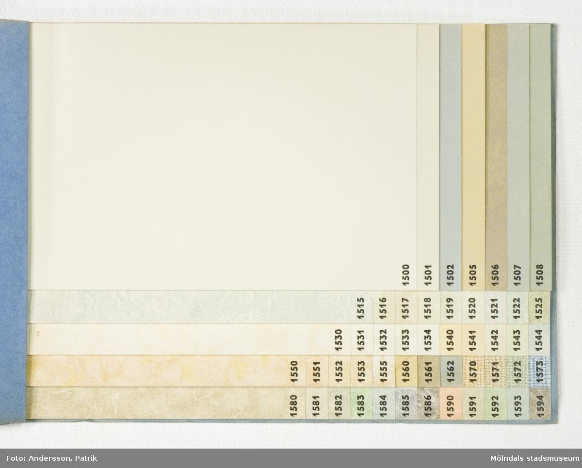 Provbok 71C. Häfte med Försättspapper. Pärm av blå mönsterpressad kartong. Blå relieftryckt text. Papyrus logotyp, sfinx på fundament, och tillverkarnamn. Produktinformation, numrerade provark i olika färger och storlekar, ordnade lättöverskådligt. Litteratur: Papyrus 1895-1945, Minnesskrifter, Esseltes Göteborgsindustrier AB, Göteborg 1945.
