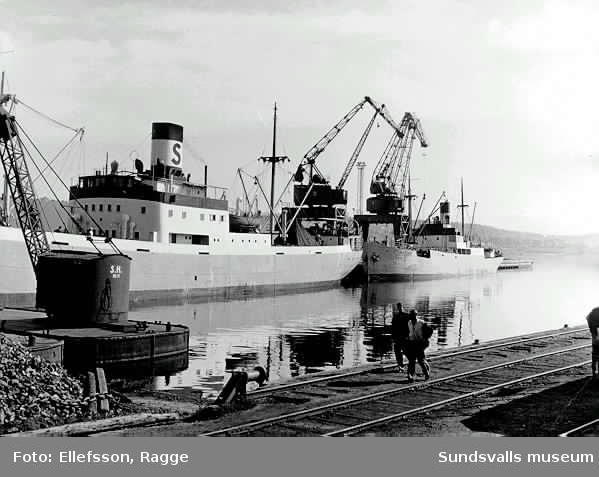 Svearederiets fartyg Tor och Berkel vid kolkajen i Sundsvall, 10 nov 1953. Godsvagnar på stickspåret.