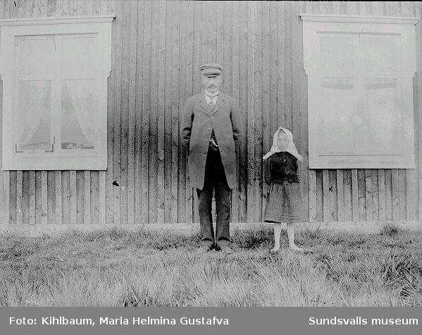 Man och flicka framför bostadshus.