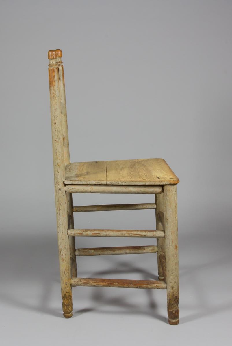 Stegstol i målat trä, sannolikt björk. Höga ryggstolpar med svarvade knoppar. Mellan stolparna tre slåar, sk. steg, den översta med svängt krön. Sits av trä. Flertalet stabiliserande tvärslåar mellan de med svarvade fötter försedda benen. Dyna i vitt och brunt.