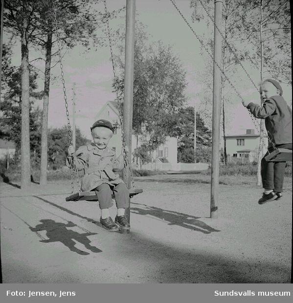 Lars Bylund t.v. son till Ingrid Jensen, med lekkamrat i lekpark i Sallyhill, september 1954.