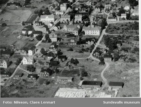 Flygfoto över Skönsberg. KF:s spisbrödsfabrik i mitten(vit byggnad med skorsten, t v om den Skönsbergs Folkets hus (1912-1956)
