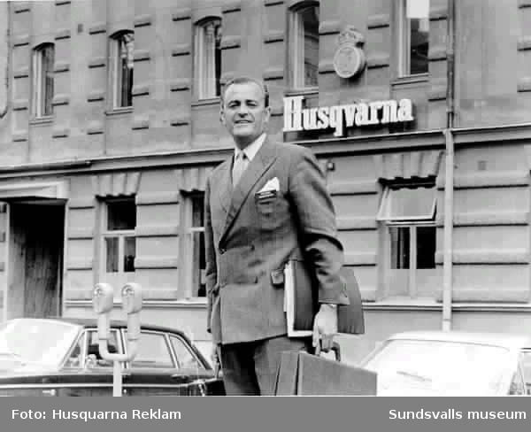 """Sten Smeds """"fångad på bild"""" när han kom från ett reklammöte på Hotell Knaust. på väg till  Husquarna AB:s Sundsvallsdepot i magasinskvarteren, kvarteret Kuttern längst åt väster mot nuvarande busstationen (numera Kulturmagasinet)  Då hade han just  efterträtt Tage Werner som chef.I bottenvåningen fanns serviceverkstaden, symaskinsdivision och lunchrum, i våningsplanet 1 tr upp fanns marknadsdivisionen och chefskontor. (Sten Smeds var chef 1967-1973) I andra huset mot busstationen fanns symaskins- och ekonomiavdelningarna.Husquarna Depots AB öppnade sitt Norrlandskontor 1912 under ledning av Dir. Hjalmar Berglund. Butiken låg 1912-1917 i Sundsvallsbankens hus (kv Pan) n b. Bankkontoret fanns  på den tiden 1 tr upp. I samma hus fanns också Wesséns bokhandel (i hörnet), Wiks skrädderi och Rönne maskinfirma. Överst hade frimurarna sina lokaler (SS blev själv frimurare 1954)1944 sålde Wallentin Bernska huset till Husquarna. Överst i det huset inrymdes också Radiotjänsts lokaler med Eriksson som chef.1967 anställdes SS av Husquarna, och hans första uppgift blev att sälja Bernska huset i kv Glädjen som hade fina bankvalv. Det blev Mellersta Norrlands föreningskassa, senare Föreningsbanken, som köpte. Nu kom alltså Husquarna till lokalerna i magasinskvarteren. I lokalerna fanns  tidigare Dahlströms kolonial och Äkta Ljusminne. 1974 kom SS till huvudkontoret i Husquarna. Dåvarande VD var Wilh. Tham som efterträddes av sonen Gustav Tham, därefter Ture Öberg, Gösta Renkvist, Stig Birgerstam.På andra och tredje våningarna fanns lager och expedition.Övrigt avdelningar var gjutgods, vitvaror, motorsågar, symaskiner. Lunchrummet låg i andra huset mot busstationen."""