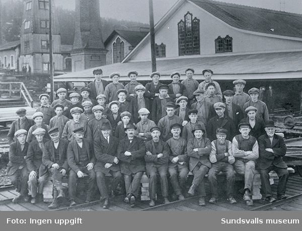 Arbetare och förmän vid nya sågen i Svartvik. Namn på delvis av personerna finns.