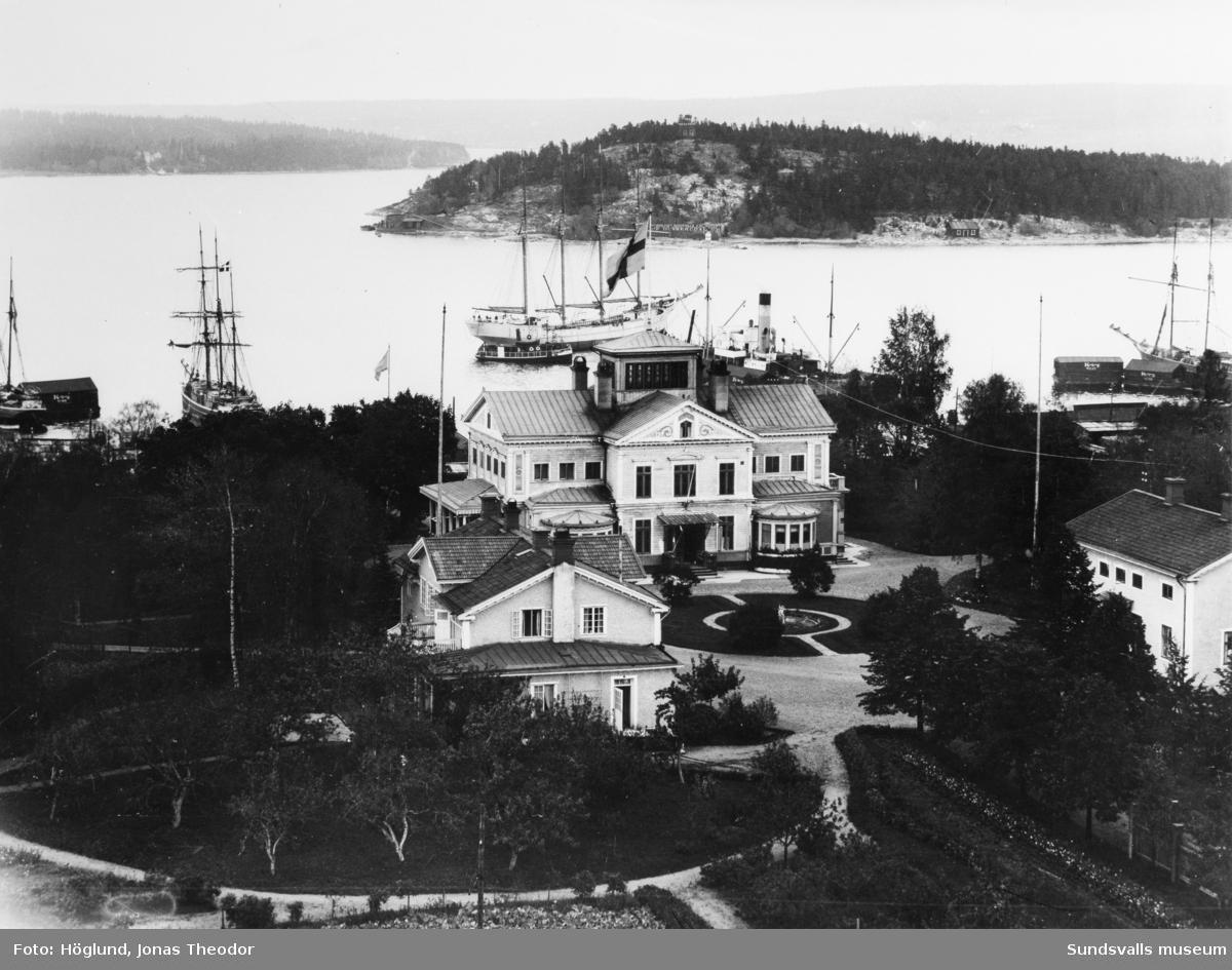 Vy med träpatronen J A Enhörnings herrgård i Kubikenborg. Tjuvholmen syns i fonden.