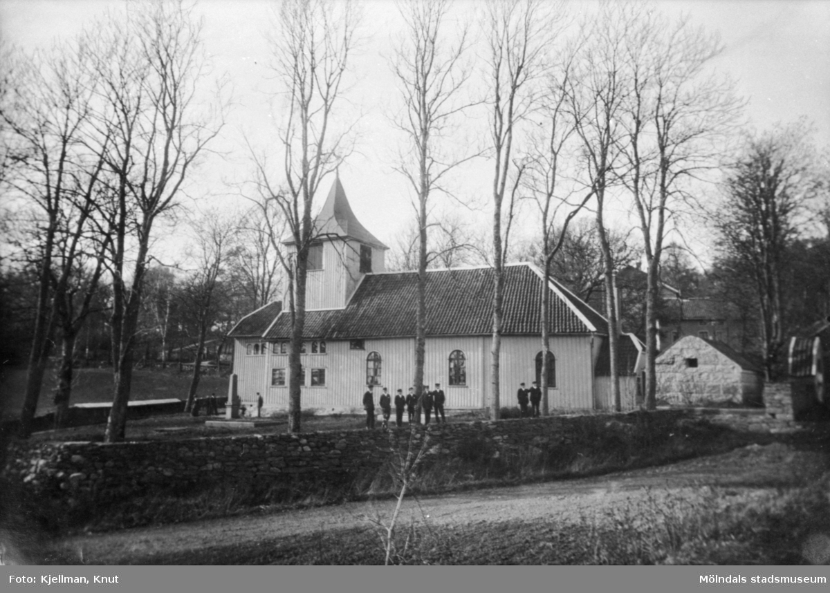 """Råda kyrka i Mölnlycke med folk utanför på gårdsplanen. Publicerad i Johan Lundskogs bok """"Fässbergs socken och Mölndals kvarnby""""."""