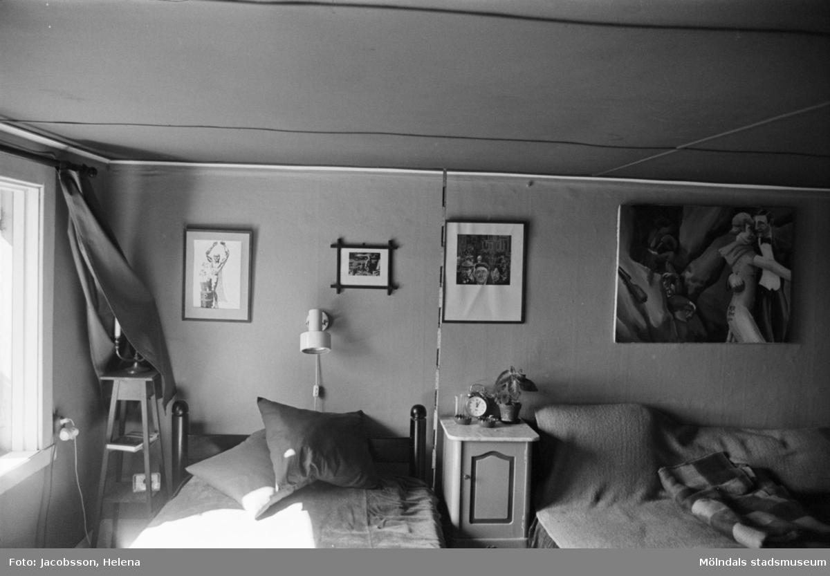 Bostadshus Roten M 10, okänt årtal. Interiörbild av ett rum med bl.a en soffa och en säng.