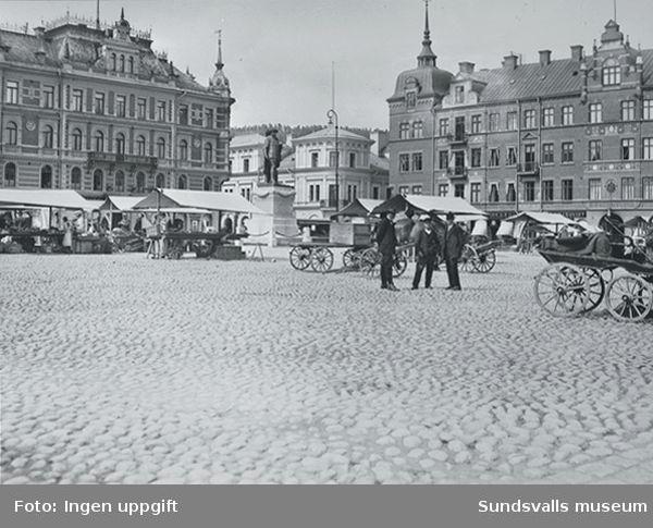 Torghandel på Stora torget.I bakgrunden till vänster i bild det Hirschka huset och tilll höger i bild det Holmstömska och det Granska huset. I bottenvåningen på det Granska huset saluhallen.