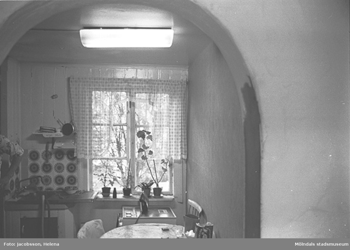 Interiör i bostadshus på Roten M 33 i Mölndals Kvarnby, 1972. Mellanrumsliga valv för dörrar.