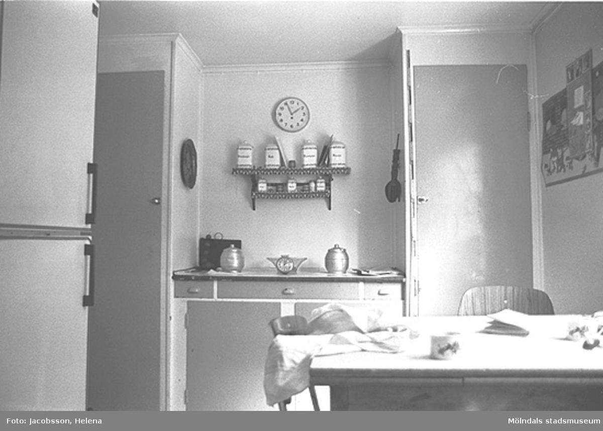"""Kök i """"Travans"""" bostadshus på Roten M 37 i Mölndals Kvarnby, 1972."""