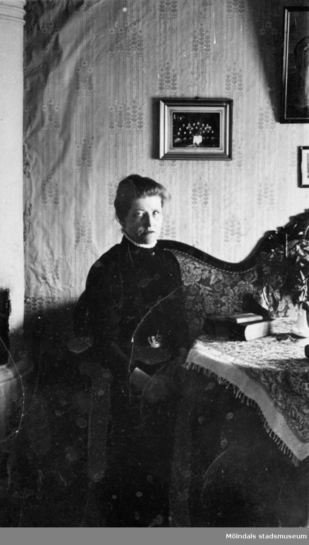 """Anna Carlsson (1872-1955) arbetade som piga hos Maria och Josefina """"Fina"""" Eriksson. Text på baksidan: """"Anna Carlsson  Vommedal"""". År 1910."""