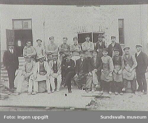 Ombyggnad av Grönborgs Bryggeri. Mannen i kostym och stor hatt på främre raden är Bror Abelli (markerad med x).