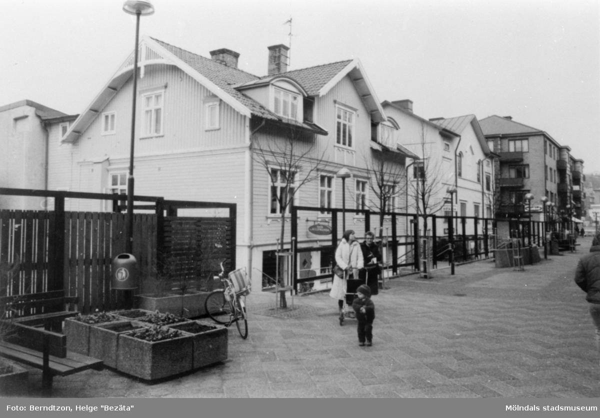 K.A. Karlssons villa, 1980-tal, till vänster rakt fram i bild vid gågatan Brogatan. K.A. Karlsson idkade mjölkhandel i många år. På vänster sida låg Fässbergs trävarufirma. Bengtssons speceributik låg mellan K. A. Karlssons mjölkhandel och Fässbergs träävarufirma. Firman brann ner på 70-talet.  Gatan hette då Frölundagatan.