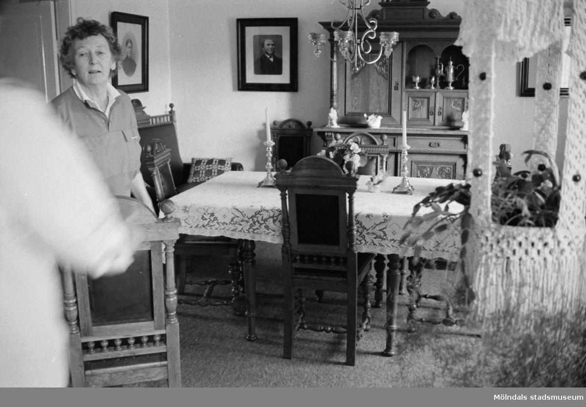 Interiör från Kongegården Johannesfred i juni 1987. Huset byggt ca 1870. Inköpt av släkten (Ingrid Karlssons?) 1900. Fogdegård i mitten av 1600-talet. Ingrid Karlsson vid stolen.Byggnadslov/rivningsansökan.
