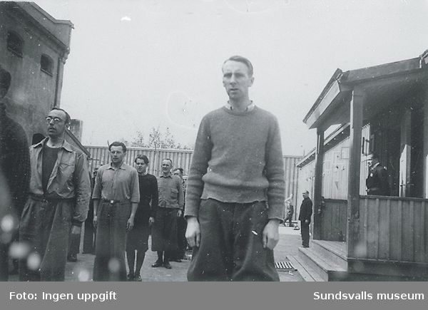 """""""Slik begynner vi med nazister. Oppstilling."""" (Bildtext i fotoalbum. Ägare Emil Tessem, Steinkjer.)Trondheim i maj 1945."""