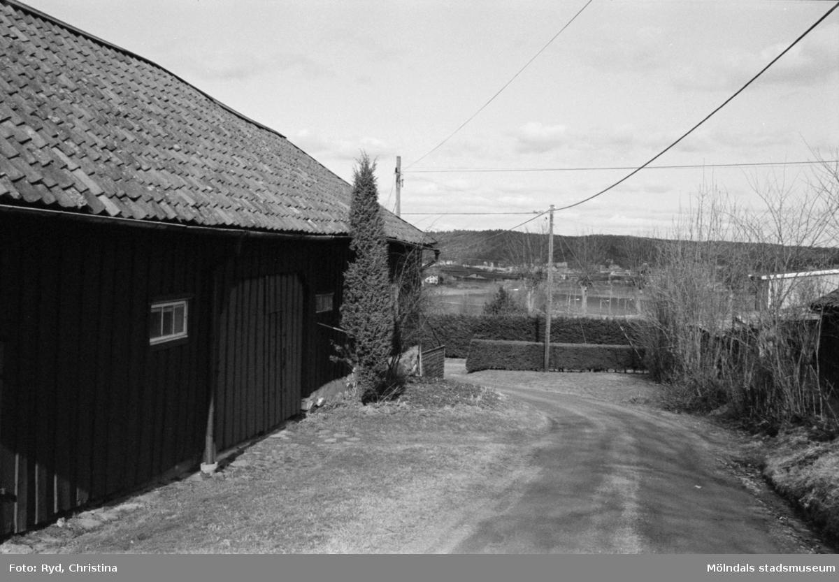 Byggnadsdokumentation av vägen vid ladugården till Heljered 1:20 (1:2) i Kållered, 1992.