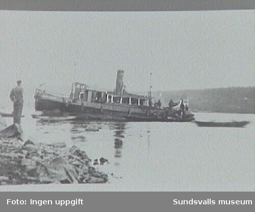 Hjälparen II på grund vid Kaptensudden, nedre Alnösundet 1923