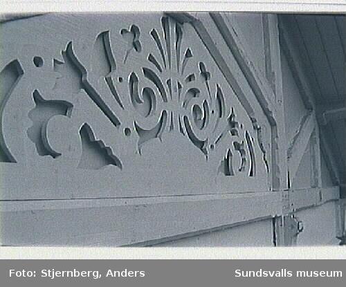 Bild 01-03Nytillverkat snickeri avsett för verandans överdel.Bild 06 Nytillverkat fönster på plats i den tidigare öppna verandans östra fasad.  Bild 07-08 Bräda med namn som återfunnits vid arbetet. Daterad 1890 med snickarens namn.