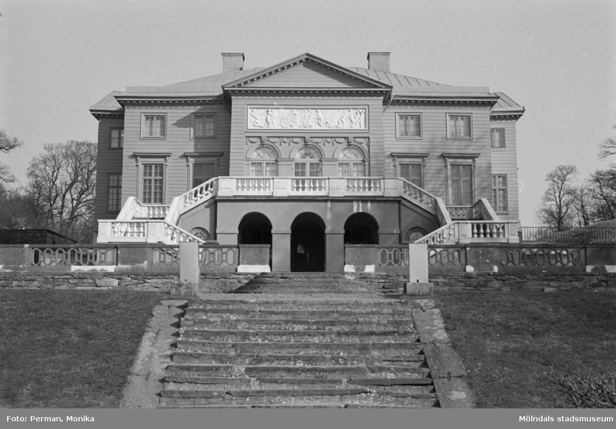 Varierande bilder som på olika avstånd visar norra och södra fasaderna samt del av parken våren 1992. Här visas slottets baksida och trappor sett från parken.