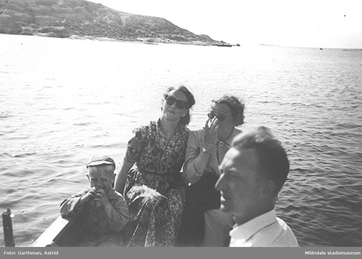 I familjen Garthmans eka. Näset. 1950-tal. Från vänster: Alf Garthman, modern Astrid, Anni Magnusson och Arne Jansson.