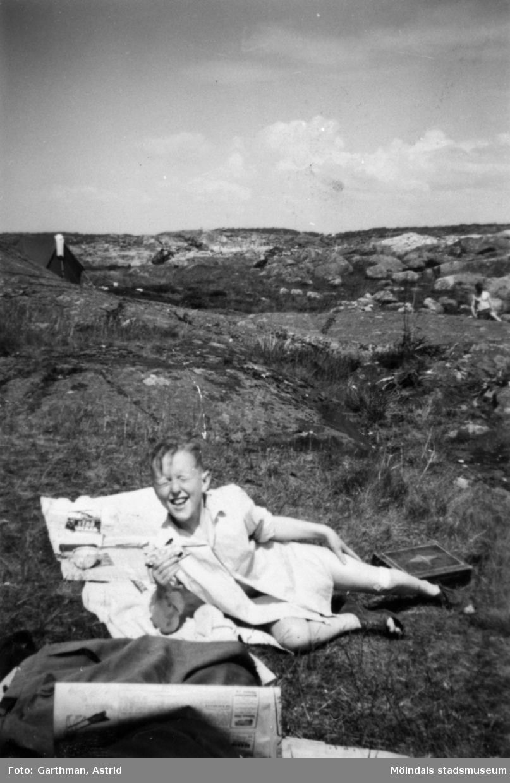 Leif Garthman fikar halvliggandes på en filt. Näset, 1950-tal.