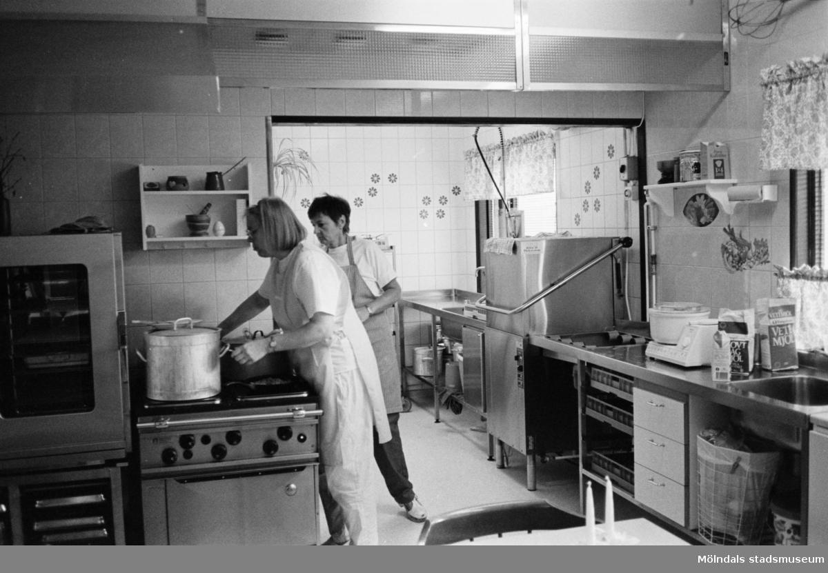 Christina Brussard och Kate Palm i köket på Katrinebergs daghem 1992-93.