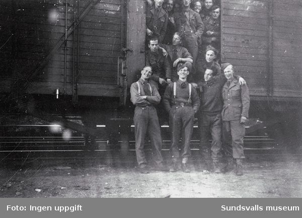 """På veien heim til gamle Norge fra Baggböle. På Sunsvall st.""  (Bildtext i fotoalbum. Ägare Emil Tessem, Steinkjer.)Maj 1945."