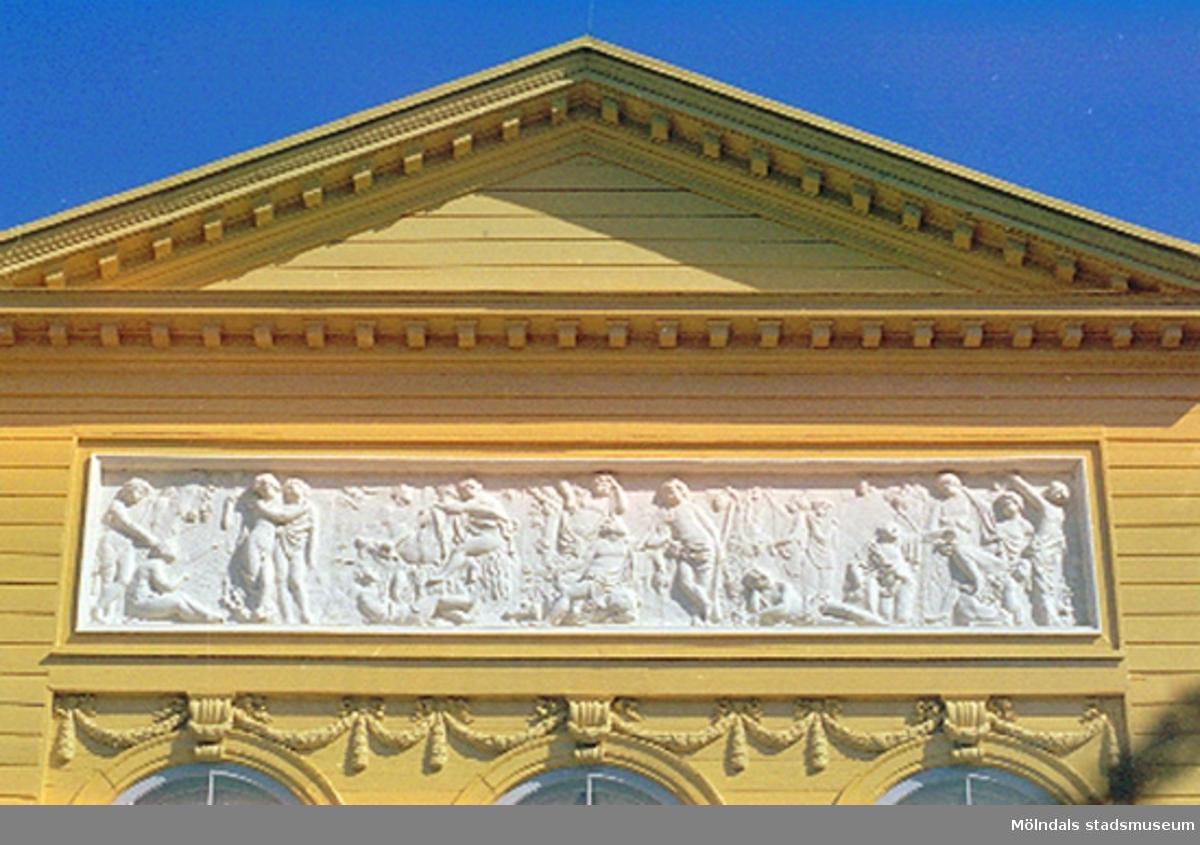 """Frisen över balkongen på södra sidan """"Lantmannagöromål och nöjen"""". Klassicerande blyrelief på södra fasaden av Gioacchino Frulli (1766-1801). Dokumentation av sönderslagna skulpturer Bacchus och Flora, Gunnebo slott juni 1993."""