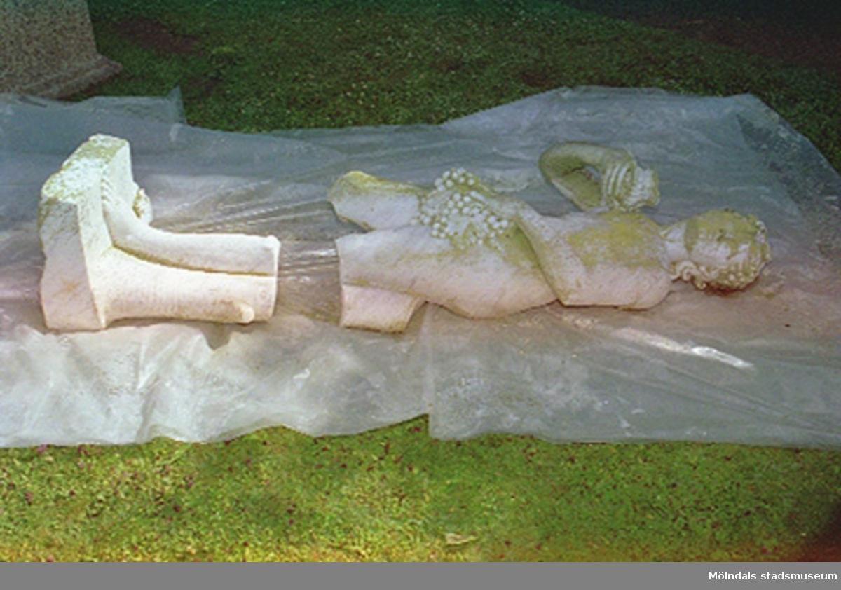 Dokumentation av sönderslagna skulpturer Bacchus och Flora, Gunnebo slott juni 1993.