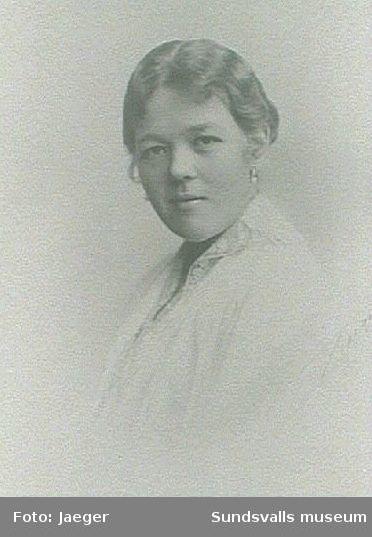 Porträtt av Kerstin Braathen, gift Modin. Dotter till G P Braathen och hans hustru Anna. G P var grosshandlare och ägare till Hofvids sågverk.