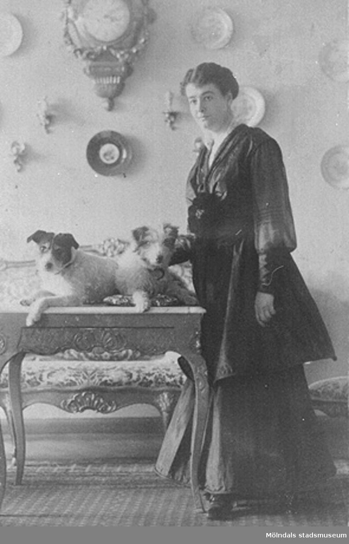 """""""Britta före-"""" (underförstått: nedkomsten). Britta (född Sparre) innan hon födde dottern Ursula den 5 november 1916."""