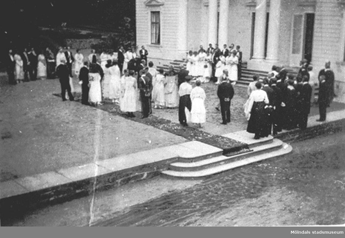 """""""26 juni 1919"""".Bröllop mellan Margareta Sparre och Folke Sederholm. Bröllopsföljet har fotograferats på gårdsplanen framför huvudingången till Gunnebo slott."""