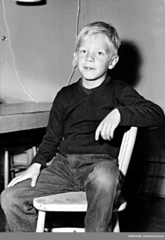 En pojke som sitter på en stol. Holtermanska daghemmet 1953.