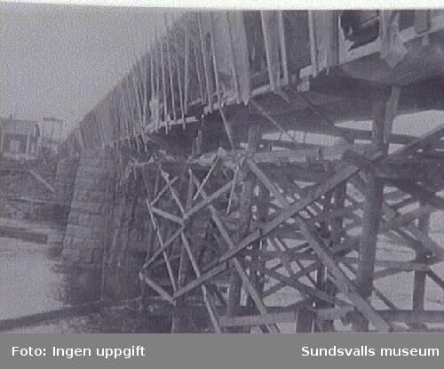 Byggande av bro vid Bergeforsen.
