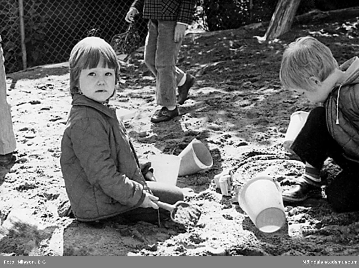 Barn leker i sandlådan vid Holtermanska daghemmet juni 1973.