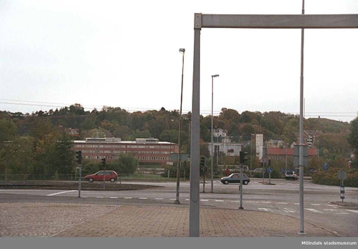 Mölndalsbro i dag - ett skolpedagogiskt dokumentationsprojekt på Mölndals museum under oktober 1996. 1996_1246-1263 är gjorda av högstadieelever från Åbyskolan 8A, grupp 1. Se även 1996_0913-0940, gruppbilder på klasserna 1996_1382-1405 och bilder från den färdiga utställningen 1996_1358-1381.